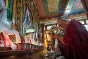 Его Святейшество Далай-лама совершает подношение в храме монастыря Ганден Лачи. Мундгод, штат Карнатака, Индия. 22 декабря 2016 г. Фото: Тензин Чойджор (офис ЕСДЛ)