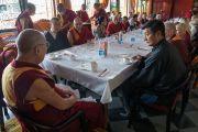 Его Святейшество Далай-лама обедает с почетными гостями после церемонии вручения монахиням дипломов геше-ма. Мундгод, штат Карнатака, Индия. 22 декабря 2016 г. Фото: Тензин Чойджор (офис ЕСДЛ)