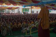 Его Святейшество Далай-лама приветствует толпу, собравшуюся во дворе монастыря Дрепунг Лачи, перед началом церемонии вручения монахиням дипломов геше-ма. Мундгод, штат Карнатака, Индия. 22 декабря 2016 г. Фото: Тензин Чойджор (офис ЕСДЛ)