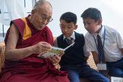Его Святейшество Далай-лама с детьми в библиотеке Шивацо. Мундгод, штат Карнатака, Индия. 22 декабря 2016 г. Фото: Тензин Чойджор (офис ЕСДЛ)