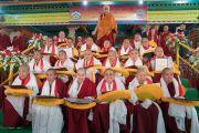 Его Святейшество Далай-лама с двадцатью монахинями, первыми получившими степень геше-ма (доктор буддийской философии). Мундгод, штат Карнатака, Индия. 22 декабря 2016 г. Фото: Тензин Чойджор (офис ЕСДЛ)