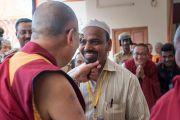 Его Святейшество Далай-лама шутливо приветствует одного из гостей в монастыре Ганден Лачи. Мундгод, штат Карнатака, Индия. 22 декабря 2016 г. Фото: Тензин Чойджор (офис ЕСДЛ)