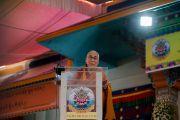 Его Святейшество Далай-лама выступает с речью на торжественной церемонии вручения монахиням дипломов геше-ма. Мундгод, штат Карнатака, Индия. 22 декабря 2016 г. Фото: Тензин Чойджор (офис ЕСДЛ)