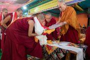 Его Святейшество Далай-лама вручает монахиням дипломы геше-ма (доктора буддийской философии). Мундгод, штат Карнатака, Индия. 22 декабря 2016 г. Фото: Тензин Чойджор (офис ЕСДЛ)