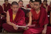 Вслед за Его Святейшеством Далай-ламой монахи читают вслух сочинения Чже Цонкапы во время церемонии Ганден Нгачо в монастыре Ганден Лачи. Мундгод, штат Карнатака, Индия. 23 декабря 2016 г. Фото: Тензин Чойджор (офис ЕСДЛ)