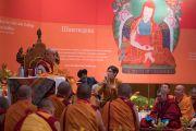 Его Святейшество Далай-лама слушает перевод вопроса из зала в первый день учений для буддистов России. Дели, Индия. 25 декабря 2016 г. Фото: Тензин Чойджор (офис ЕСДЛ)