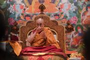 Его Святейшество Далай-лама отвечает на вопрос из зала в первый день учений для буддистов России. Дели, Индия. 25 декабря 2016 г. Фото: Тензин Чойджор (офис ЕСДЛ)