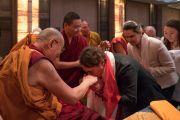 Организаторы почтительно приветствуют Его Святейшество Далай-ламу в первый день учений для буддистов Росси. Дели, Индия. 25 декабря 2016 г. Фото: Тензин Чойджор (офис ЕСДЛ)