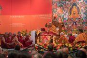 Монахи читают «Сутру сердца» на русском языке в начале первого дня учений Его Святейшества Далай-ламы для буддистов России. Дели, Индия. 25 декабря 2016 г. Фото: Тензин Чойджор (офис ЕСДЛ)