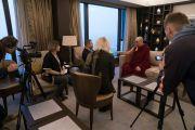 Его Святейшество Далай-лама дает интервью журналистам из России в первый день учений для российских буддистов в гостинице «Лила Эмбиенс Конвеншн». Дели, Индия. 25 декабря 2016 г. Фото: Тензин Чойджор (офис ЕСДЛ)
