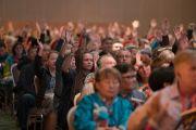 Слушатели в зале поднимают руки в ответ на вопрос Его Святейшества Далай-ламы, кто прибыл на учения впервые. Дели, Индия. 25 декабря 2016 г. Фото: Тензин Чойджор (офис ЕСДЛ)