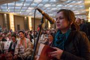 Одна из слушательниц задает вопрос в первый день учений Его Святейшества Далай-ламы для буддистов России. Дели, Индия. 25 декабря 2016 г. Фото: Тензин Чойджор (офис ЕСДЛ)