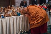Его Святейшество Далай-лама благословляет священные изображения и предметы для паломников, прибывших на учения для буддистов России. Дели, Индия. 27 декабря 2016 г. Фото: Тензин Чойджор (офис ЕСДЛ)