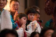 Участники учений для буддистов России ожидают прибытия в зал Его Святейшества Далай-ламы утром второго дня учений. Дели, Индия. 26 декабря 2016 г. Фото: Тензин Чойджор (офис ЕСДЛ)
