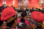 Его Святейшество Далай-лама отвечает на вопросы из зала на второй день учений для буддистов России. Дели, Индия. 26 декабря 2016 г. Фото: Тензин Чойджор (офис ЕСДЛ)