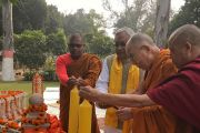 Его Святейшество Далай-лама и главный министр штата Бихар Нитиш Кумар зажигают свечи в парке Будда Смрити. Патна, штат Бихар, Индия. 28 декабря 2016 г. Фото: Тензин Такла (офис ЕСДЛ)
