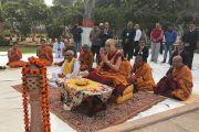 Его Святейшество Далай-лама, главный министр штата Бихар, а также монахи палийской и санскритской традиций читают молитвы в парке Будда Смрити. Патна, штат Бихар, Индия. 28 декабря 2016 г. Фото: Тензин Такла (офис ЕСДЛ)