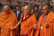 Его Святейшество Далай-лама в сопровождении двух монахов из «Общества Махабодхи» совершает обхождение вокруг храма Махабодхи. Бодхгая, штат Бихар, Индия. 29 декабря 2016 г. Фото: Джереми Рассел (офис ЕСДЛ)