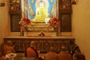 Его Святейшество Далай-лама и другие монахи читают молитвы перед статуей Будды Шакьямуни в храме Махабодхи. Бодхгая, штат Бихар, Индия. 29 декабря 2016 г. Фото: Джереми Рассел (офис ЕСДЛ)