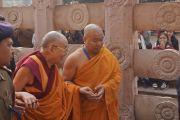 Его Святейшество Далай-лама продолжает обхождение храма Махабодхи. Бодхгая, штат Бихар, Индия. 29 декабря 2016 г. Фото: Джереми Рассел (офис ЕСДЛ)