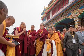 Далай-лама встретился со школьниками Бихара и посетил монастырь Тхуптен Чойкхор Даргьелинг