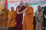 Его Святейшество Далай-лама благодарит досточтимого Ратнесвара Чакму за помощь в организации встречи с учащимися школ, расположенных в окрестностях Бодхгаи. Бодхгая, штат Бихар, Индия. 31 декабря 2016 г. Фото: Тензин Чойджор (офис ЕСДЛ)