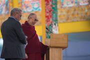Его Святейшество Далай-лама говорит о мудрости и сострадании на встрече с учащимися школ, расположенных в окрестностях Бодхгаи. Бодхгая, штат Бихар, Индия. 31 декабря 2016 г. Фото: Тензин Чойджор (офис ЕСДЛ)