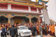 Его Святейшество Далай-лама уезжает из монастыря Палъюл Тхуптен Чойкхор Даргьелинг. Бодхгая, штат Бихар, Индия. 31 декабря 2016 г. Фото: Тензин Чойджор (офис ЕСДЛ)