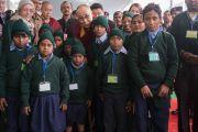 Его Святейшество Далай-лама фотографируется на память с группой школьников перед началом встречи с более чем двумя тысячами учащихся школ, расположенных в окрестностях Бодхгаи. Бодхгая, штат Бихар, Индия. 31 декабря 2016 г. Фото: Тензин Чойджор (офис ЕСДЛ)