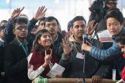 Школьники выстроились в очередь к микрофону, чтобы задать вопрос Его Святейшеству Далай-ламе. Бодхгая, штат Бихар, Индия. 31 декабря 2016 г. Фото: Тензин Чойджор (офис ЕСДЛ)