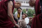 Его Святейшество Далай-лама дарует утешение престарелой тибетской женщине по дороге на встречу с учащимися школ, расположенных в окрестностях Бодхгаи. Бодхгая, штат Бихар, Индия. 31 декабря 2016 г. Фото: Тензин Чойджор (офис ЕСДЛ)