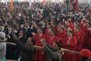 Участники встречи радостно приветствуют Его Святейшество Далай-ламу. Бодхгая, штат Бихар, Индия. 31 декабря 2016 г. Фото: Тензин Чойджор (офис ЕСДЛ)