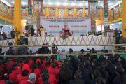 Вид на сцену во время проведения встречи Его Святейшества Далай-ламы с более чем двумя тысячами учащихся школ, расположенных в окрестностях Бодхгаи. Бодхгая, штат Бихар, Индия. 31 декабря 2016 г. Фото: Тензин Чойджор (офис ЕСДЛ)