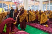 Его Святейшество Далай-лама здоровается с людьми в храме Калачакры, куда он прибыл, чтобы провести подготовительные церемонии в первый день посвящения Калачакры. Бодхгая, штат Бихар, Индия. 2 января 2017 г. Фото: Тензин Чойджор (офис ЕСДЛ)