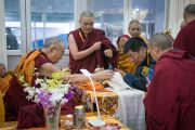 Сикьонг Лобсан Сенге совершает традиционное подношение Его Святейшеству Далай-ламе перед началом подготовительных церемоний в первый день посвящения Калачакры. Бодхгая, штат Бихар, Индия. 2 января 2017 г. Фото: Тензин Чойджор (офис ЕСДЛ)