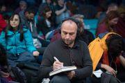 Один из множества иностранных участников 34-го посвящения Калачакры делает записи во время учений Его Святейшества Далай-ламы в первый день посвящения. Бодхгая, штат Бихар, Индия. 2 января 2017 г. Фото: Тензин Чойджор (офис ЕСДЛ)
