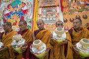 Монахи монастыря Намгьял с ритуальными вазами во время подготовительных церемоний в первый день посвящения Калачакры. Бодхгая, штат Бихар, Индия. 2 января 2017 г. Фото: Тензин Чойджор (офис ЕСДЛ)