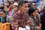 Тибетцы и жители Гималайского региона ждут возможности хоть краем глаза увидеть Его Святейшество Далай-ламу по дороге от места проведения посвящения Калачакры к его резиденции. Бодхгая, штат Бихар, Индия. 2 января 2017 г. Фото: Тензин Чойджор (офис ЕСДЛ)
