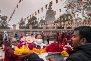 Ранним утром тибетцы, приехавшие на 34-е посвящение Калачакры, покупают цветы, чтобы совершить подношения в ступе Махабодхи. Бодхгая, штат Бихар, Индия. 3 января 2017 г. Фото: Тензин Чойджор (офис ЕСДЛ)