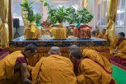 Монахи ставят ритуальные вазы на место, где будет возведена мандала Калачакры. Бодхгая, штат Бихар, Индия. 3 января 2017 г. Фото: Тензин Чойджор (офис ЕСДЛ)
