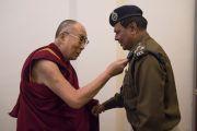 Его Святейшество Далай-лама благодарит начальника местной полиции за обеспечение безопасности во время проведения посвящения Калачакры. Бодхгая, штат Бихар, Индия. 3 января 2017 г. Фото: Тензин Чойджор (офис ЕСДЛ)