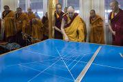 Его Святейшество Далай-лама рассматривает первые линии, нанесенные на площадку, где будет построена мандала Калачакры. Бодхгая, штат Бихар, Индия. 3 января 2017 г. Фото: Тензин Чойджор (офис ЕСДЛ)