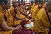 Монахи монастыря Намгьял читают молитвы на второй день подготовительных ритуалов для 34-го посвящения Калачакры. Бодхгая, штат Бихар, Индия. 3 января 2017 г. Фото: Тензин Чойджор (офис ЕСДЛ)