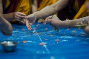 Монахи монастыря Намгьял располагают семена, освященные государственным оракулом Тибета, в тех частях мандалы Калачакры, которые будут обладать особой символикой. Бодхгая, штат Бихар, Индия. 4 января 2017 г. Фото: Тензин Чойджор (офис ЕСДЛ)