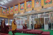 Его Святейшество Далай-лама у тибетских танок с изображениями великих индийских ученых-философов по прибытии в храм Калачакры в начале третьего дня подготовительных церемоний для посвящения Калачакры. Бодхгая, штат Бихар, Индия. 4 января 2017 г. Фото: Тензин Чойджор (офис ЕСДЛ)