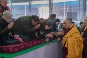 Его Святейшество Далай-лама приветствует верующих по прибытии на место учений в начале третьего дня подготовительных церемоний для посвящения Калачакры. Бодхгая, штат Бихар, Индия. 4 января 2017 г. Фото: Тензин Чойджор (офис ЕСДЛ)