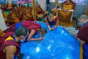 Монахи монастыря Намгьял начинают возведение песочной мандалы Калачакры в ходе третьего дня подготовительных церемоний для посвящения Калачакры. Бодхгая, штат Бихар, Индия. 4 января 2017 г. Фото: Тензин Чойджор (офис ЕСДЛ)