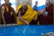 Его Святейшество Далай-лама рассматривает разметку и первые элементы песочной мандалы Калачакры перед тем, как покинуть храм Калачакры по окончании третьего дня подготовительных церемоний. Бодхгая, штат Бихар, Индия. 4 января 2017 г. Фото: Тензин Чойджор (офис ЕСДЛ)