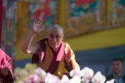 Его Святейшество Далай-лама машет верующим рукой на прощание по завершении первого дня учений, предваряющих посвящение Калачакры. Бодхгая, штат Бихар, Индия. 5 января 2017 г. Фото: Тензин Чойджор (офис ЕСДЛ)
