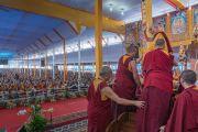 Его Святейшество Далай-лама машет рукой более чем 100,000 верующих в начале первого дня учений, предваряющих посвящение Калачакры. Бодхгая, штат Бихар, Индия. 5 января 2017 г. Фото: Тензин Чойджор (офис ЕСДЛ)